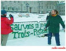 Manifestation devant l'Assemblée Nationale contre le projet de barrage sur la rivière Trois-Pistoles
